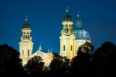 St Kajetan (Theatinerkirche) a Monaco di Baviera alla notte Immagine Stock