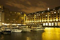 St Katharine的船坞在晚上 免版税库存照片