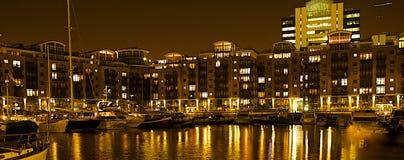 St Katharine的船坞在晚上 库存图片