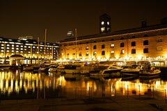St Katharine的船坞在晚上 库存照片