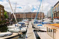 St Katharine Docks i London, UK Arkivfoto