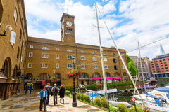St Katharine Docks i London, UK Arkivbild