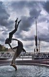 St Katharine Docks 'ragazza con la fontana di un delfino' Fotografia Stock