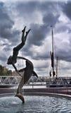 St Katharine doków dziewczyna z delfinu' fontanną Zdjęcia Stock