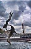 St Katharine doków dziewczyna z dolpin' fontanną fotografia stock
