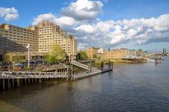 St Katharine Pier en el río Támesis en Londres Imagen de archivo
