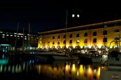 St Katherine Docks bij nacht, Londen, het UK Stock Afbeelding