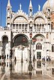 St.-Kennzeichen in Venedig Italien, während des acqua Alta Stockbilder