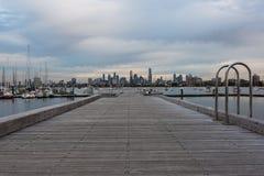 St Kilda Pier con el horizonte de Melbourne imagenes de archivo
