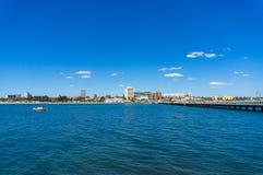 St Kilda plaży widok z Melbourne molem i przedmieściem obraz stock