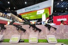 St.-Kinetikstand, der verschiedene Gewehre in Singapur Airshow zur Schau stellt Lizenzfreie Stockfotografie