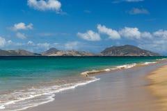 St. Kitts genommen von einem Strand auf St. Nevis Stockfotografie