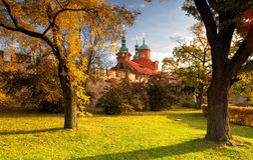 St.Lawrence寺庙在Petrin庭院里在布拉格 库存图片