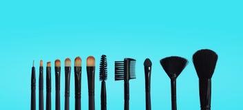 St?ll in av makeupborstar p? kul?r samlad bakgrund royaltyfria foton