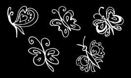 St?ll in av utdragna fj?rilar f?r handen som isoleras p? svart bakgrund klottrade beståndsdelar för garnering stock illustrationer