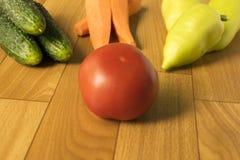 st?ll in gr?nsaker gurkor, peppar, tomater och morötter Ingredienser f?r sallad vegetarianism arkivfoto