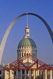 St Louis Arch en Oud Gerechtsgebouw, MO Royalty-vrije Stock Fotografie