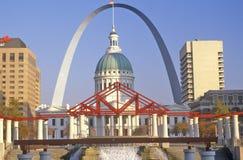 St Louis Arch en Oud Gerechtsgebouw, MO Royalty-vrije Stock Afbeeldingen