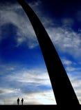 St Louis Arch met Silhouet van Mensen Stock Foto
