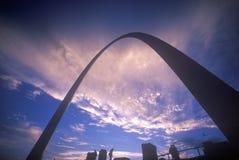 St Louis Arch på solnedgången med den Eads bron, MO Royaltyfri Fotografi