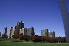 St. Louis céntrica bajo el arco Fotografía de archivo