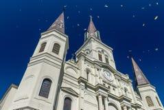 St Louis Cathedral de Nova Orleães em celebrações de Mardi Gras com c foto de stock royalty free