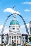 St Louis Courthouse & arco imagens de stock
