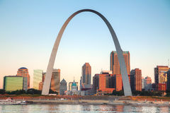 St Louis do centro, MO com o tribunal velho e a entrada AR Foto de Stock Royalty Free