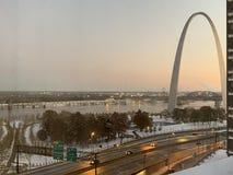 St Louis Gateway Arch in de wintertijd stock afbeelding