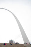 St. Louis Gateway Arch e turistas fotografia de stock