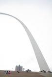 St. Louis Gateway Arch en Toeristen stock fotografie