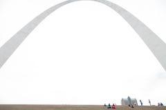 St. Louis Gateway Arch en Toeristen stock foto's