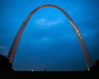 St Louis Gateway Arch vid natt Arkivfoto