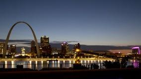 ST Louis linia horyzontu z naprzeciw rzeka mississippi usa zdjęcie stock