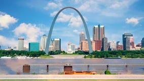 St Louis med Mississippi River och den berömda bågen royaltyfria foton