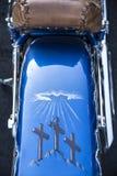 St. Louis, Missouri, Estados Unidos - circa 2017 - tres cruces religiosas pintadas en defensa de la parte posterior de la motocic imagen de archivo libre de regalías