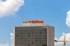 ST LOUIS, MISSOURI - JULIO, 9 2018 - cercanos para arriba de Hilton At T fotos de archivo