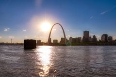 St Louis, Missouri linia horyzontu przez rzekę mississippi obraz stock