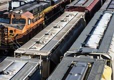St Louis Missouri som förenades Tillstånd-circa 2018 åtskilliga linjer av drevbilar, ställde upp på drevspår i trainyard, täckte  arkivbild