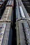 St Louis Missouri som förenades Tillstånd-circa 2018, täckte bilar för vagnfraktdrevet uppställda på järnvägspår i trainyard royaltyfria bilder