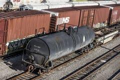 St Louis Missouri som förenas Tillstånd-circa den sydliga boxcar- och ADM-tankfartygbilen för drev 2018-Norfolk på järnvägspår i  royaltyfri foto