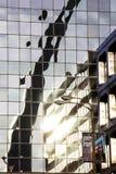 St Louis Missouri som förenas Tillstånd-circa 2014-Gateway, välva sig reflekterat i glass i stadens centrum höghuskontorsbyggnad royaltyfria foton