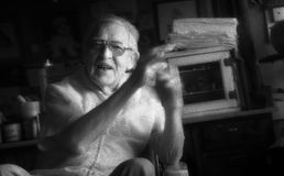 St Louis, Missouri, Stany Zjednoczone Stary fryzjer męski Opowiada w fryzjera męskiego krześle - około 2007 - zdjęcie stock