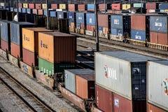 St Louis, Missouri, unido Estado-cerca da linha longa 2018 de carros do poço do trem e de carros dobro do recipiente de frete da  imagem de stock