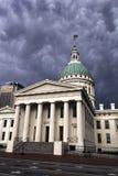 St Louis, Missouri, unido Estado-cerca do tribunal 2014-Old que incandesce nuvens de tempestade brancas, escuras que aparecem dra Imagens de Stock
