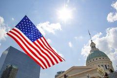 St Louis, Missouri, unido Estado-cerca do voo da bandeira 2014-Large americana no vento na frente da baixa velha do tribunal fotografia de stock