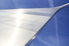 St. Louis, Missouri, unido Estado-circa 2014-Looking para arriba en el arco de la entrada que curva el acero inoxidable de la pie Imagenes de archivo