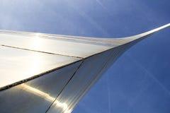 St. Louis, Missouri, unido Estado-circa 2014-Looking para arriba en el arco de la entrada que curva por encima el brillo en el so Foto de archivo libre de regalías