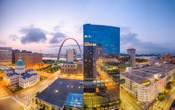 St Louis, Missouri, usa w centrum pejzaż miejski z gmach sądu i łukiem zdjęcie royalty free