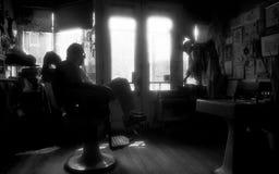 St. Louis, Missouri, vereinigt Zustand-circa 2007-Old Mann Barber Sitting in Barber Chair Alone in der alten Weinlese Barber Shop Lizenzfreie Stockbilder